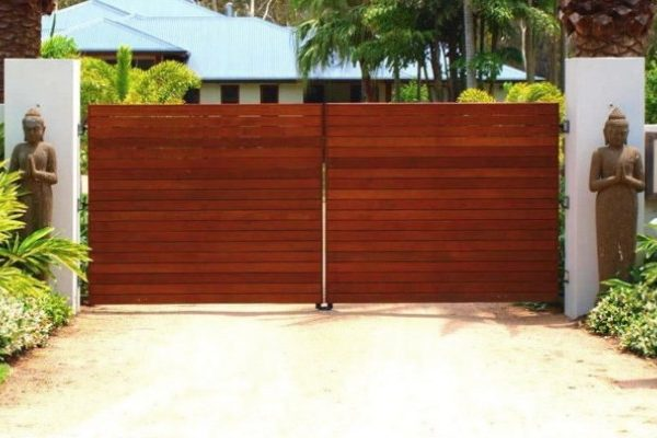 Automatic-Gate-2_Hinged-automatic-gate-with-Rendered-block-work-with-150x150-hardwood-timber-post-inserts-600x400